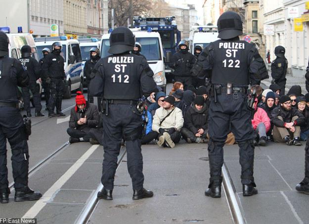 Podczas demonstracji rannych zostało wielu policjantów/ Lipsk, 12 grudnia 2015 /Sebastian Willnow /East News