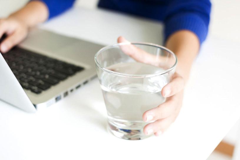 Podczas diety należy też pić w ciągu dnia od 8 do 10 szklanek wody niegazowanej /123RF/PICSEL