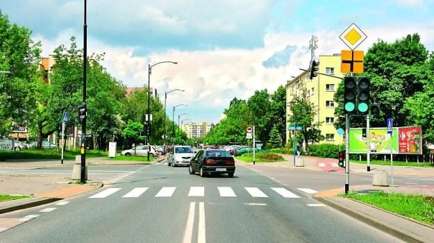 Podczas działania sygnalizacji, znak pokazujący przebieg drogi z pierwszeństwem nie ma znaczenia. /Motor