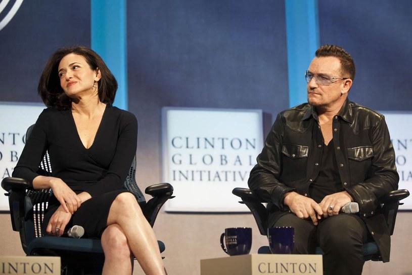 Podczas Forum Ekonomicznego w Davos w 2011 r. Sheryl przeprowadziła krótki wywiad z Bono. Okazało się, że umie rozmawiać nie tylko o interesach. /Getty Images/Flash Press Media