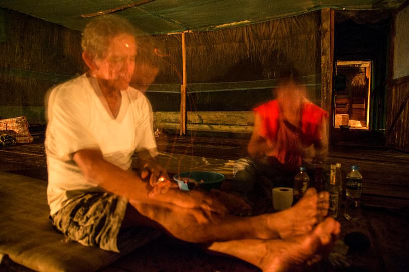 Podczas gotowania wywaru, szaman śpiewa i pali tytoń /Getty Images