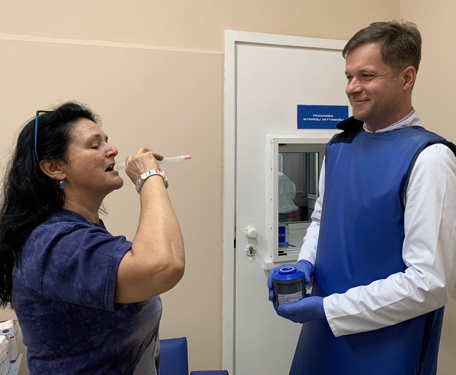 Podczas hospitalizacji pacjent przyjmuje odpowiednią dawkę jodu radioaktywnego, który podawany jest w postaci kapsułek /Materiały prasowe