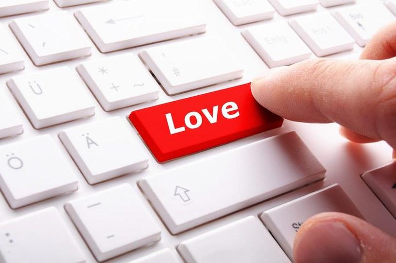 Podczas internetowych randek warto zachować zdrowy rozsądek i ograniczone zaufanie /123RF/PICSEL