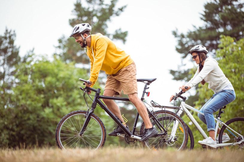 Podczas jazdy na rowerze w naturalnym terenie pracują wszystkie mięśnie, a przede wszystkim mięśnie ud, pośladków, łydek i brzucha /123RF/PICSEL