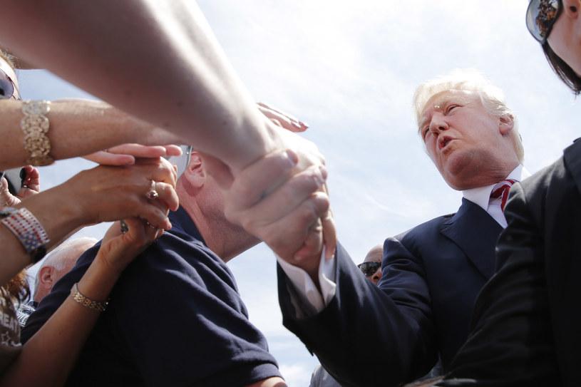 Podczas kampanii wyborczej trudno było uniknąć podawania ręki... /AFP