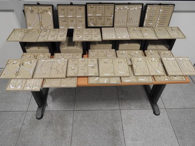 Podczas kontroli na Lotnisku Chopina odkryto 25 kg biżuterii wartej 2 mln złotych /Izba Administracji Skarbowej w Warszawie /
