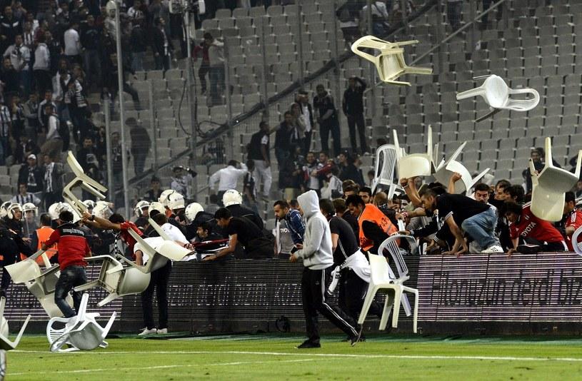 Podczas meczu derbowego było bardzo gorąco /AFP