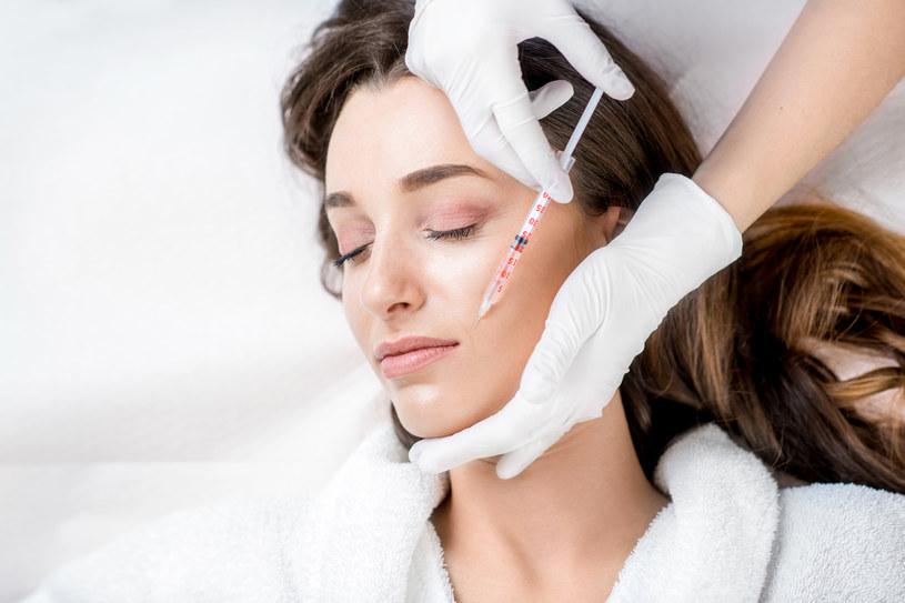 Podczas mezoterapii igłowej powierzchniowa warstwa skóry jest nakłuwana cienką igłą /123RF/PICSEL