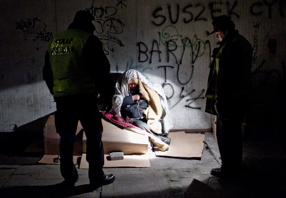 Podczas mrozów szczególnej opieki wymagają bezdomni oraz osoby starsze /Maciej Kulczyński /PAP