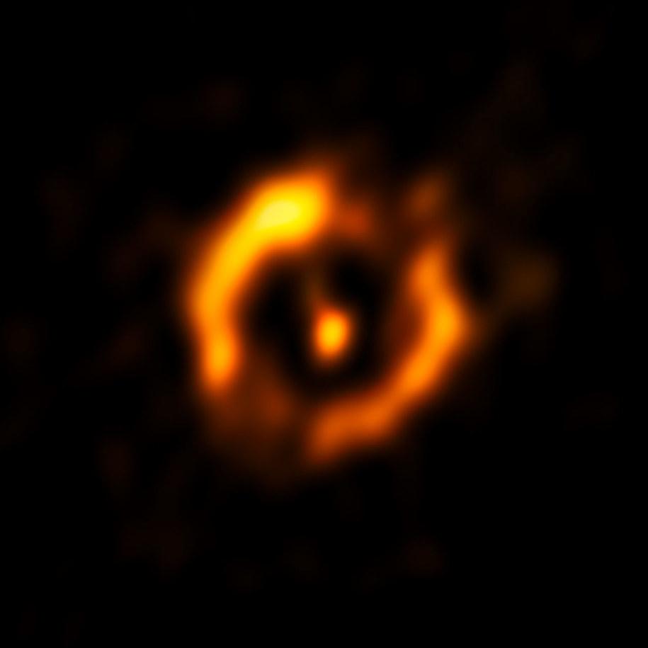 Podczas obróbki obrazu z VLTI usunięto światło od jaśniejszej z gwiazd /ESO /materiały prasowe
