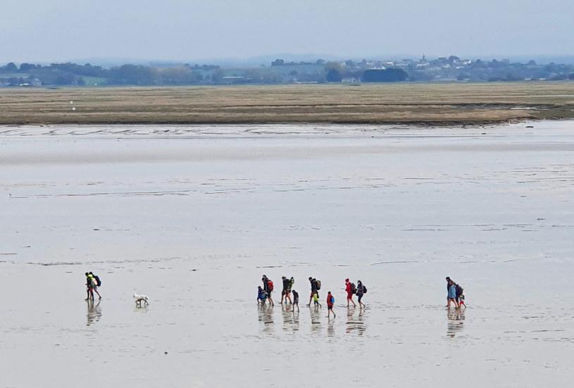 Podczas odpływu można przejść na wyspę po dnie Kanału La Manche /Agnieszka Łopatowska /Styl.pl