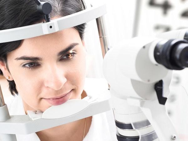 Podczas oftalmoskopii okulista wpuszcza przez źrenicę snop światła  /© Panthermedia