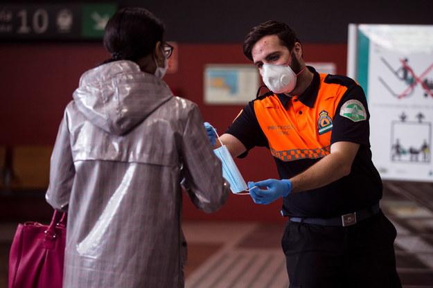 Podczas ostatniej doby w Hiszpanii na Covid-19 zmarło 517 osób, a łączna liczba zgonów z powodu zakażenia koronawirusem sięgnęła 17489 /JORGE ZAPATA /PAP/EPA