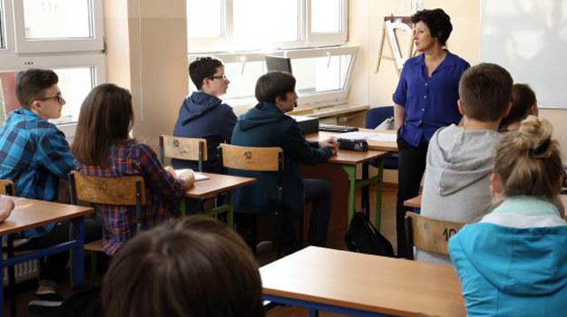 Podczas pierwszej lekcji okazuje się jak trudne dla Anny będzie to wychowawstwo /www.barwyszczescia.tvp.pl/