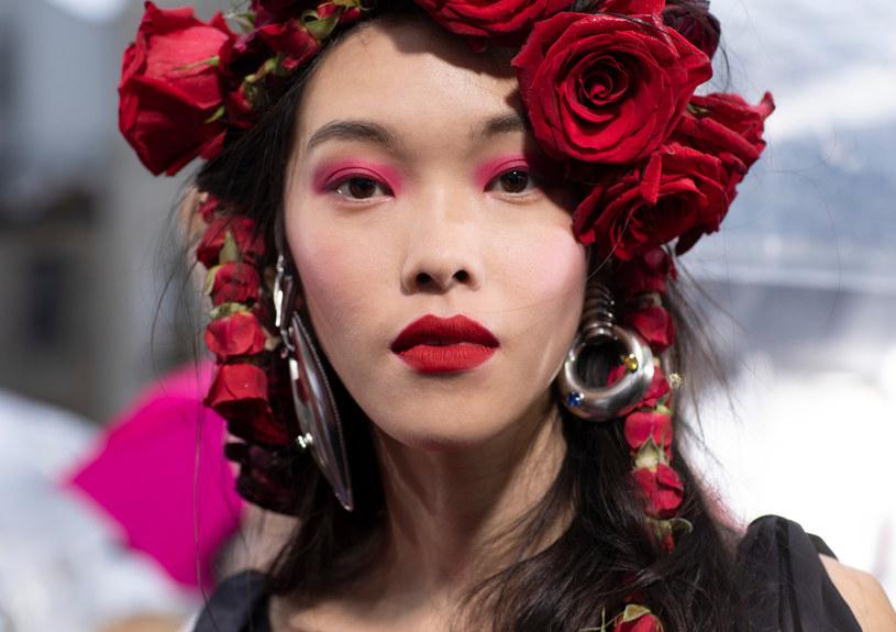 Podczas pokazu Rodarte na powiekach modelek zagościły soczyste odcienie różu, żółtego i błękitu /East News