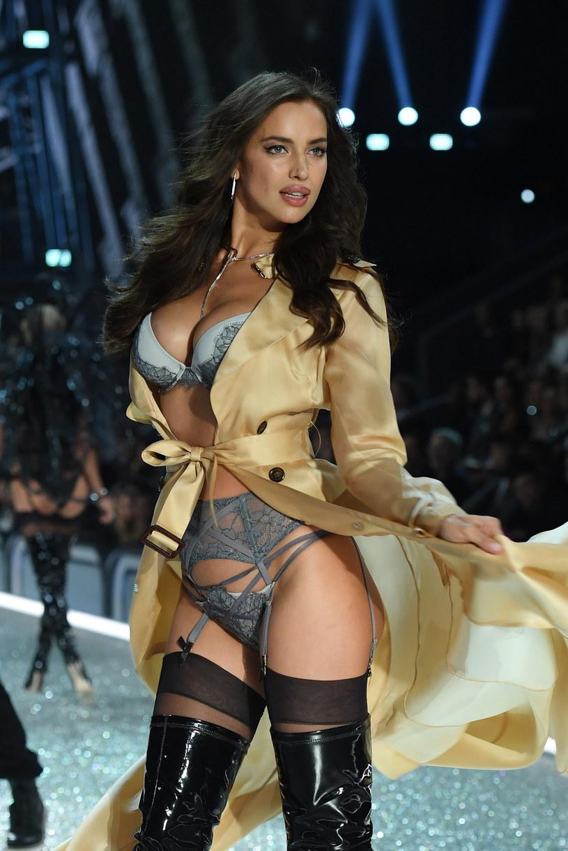 Podczas pokazu Victoria's Secret Irina Shayk pokazała zaokrąglony brzuszek /Dimitrios Kambouris /Getty Images