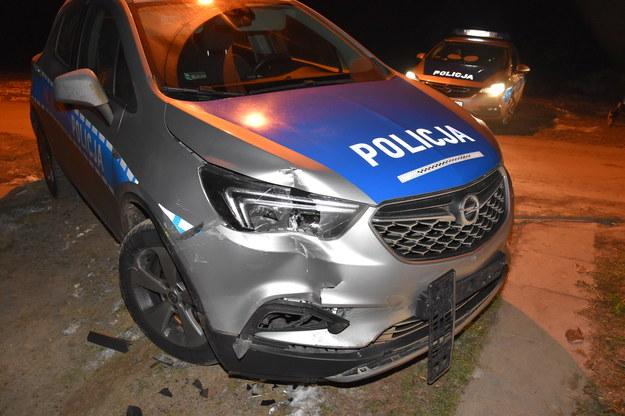 Podczas pościgu kierowca mercedesa sprintera nagle zatrzymał się, włączył wsteczny bieg i uderzył w radiowóz, próbując zepchnąć go z drogi /KPP w Olkuszu  /