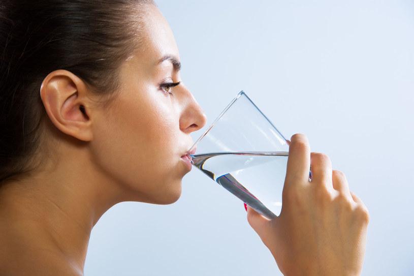 Podczas postu Daniela pij dużo wody , która oczyszcza organizm z toksyn /123RF/PICSEL