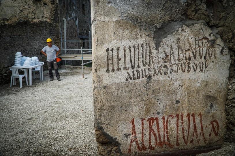 Podczas prac archeologicznych odkryto czarno-czerwony napis /CESARE ABBATE /PAP/EPA