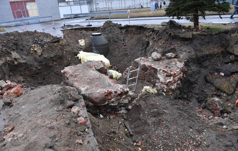 Podczas prac ziemnych wykopano zabytkowe elementy, które pochodzą z dawnego zamku rodu Ebersteinów. Odkryto m.in. fragment muru zamkowego o grubości ok. 2 metrów i murowany kanał / Marcin Bielecki    /PAP