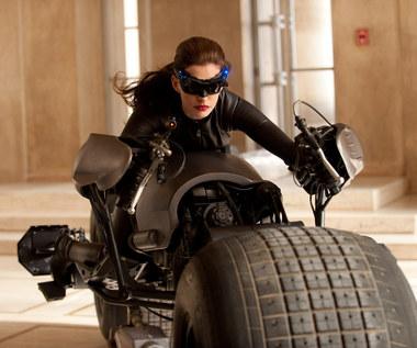 Podczas pracy nad filmem Christopher Nolan nie pozwala aktorom siadać na krzesłach