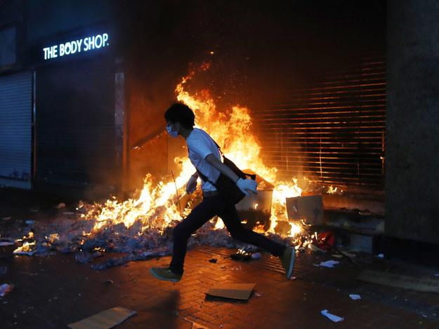 Podczas protestów podpalono wejście na stację metra / FAZRY ISMAIL    /PAP/EPA