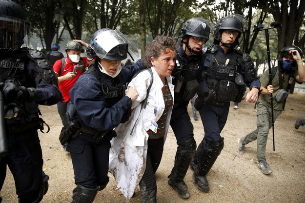 Podczas protestu doszło do starć między policją a grupą kilkudziesięciu zamaskowanych demonstrantów /YOAN VALAT  /PAP/EPA