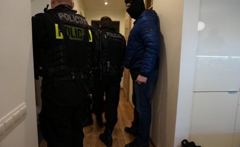 Podczas przeszukań policjanci zabezpieczyli przedmioty służące do popełniania przestępstw /Policja