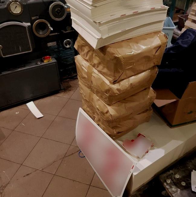 Podczas przeszukania posesji ujawniono wydrukowane opakowania papierosów w ilości 20 tys. sztuk /Warmińsko-Mazurski Oddział Straży Granicznej /