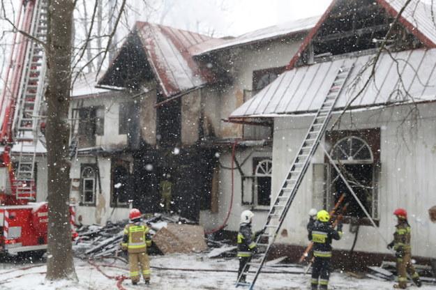 Podczas przeszukiwania zajętej ogniem willi znaleziono trzy ciała. To prawdopodobnie osoby bezdomne /Grzegorz Momot /PAP
