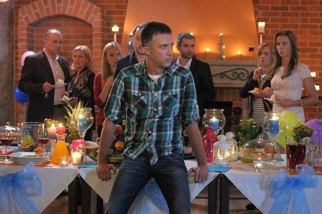 Podczas przyjęcia zaręczynowego przyjaciele Artura dowiedzą się, że jest on śmiertelnie chory... /Bogdan Bogielczyk /ATM