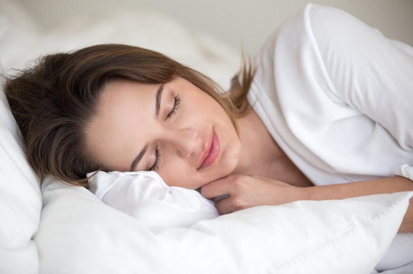 Podczas psychoanalizy interpretowane są m.in. marzenia senne /123RF/PICSEL