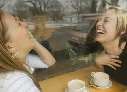 Podczas rozmowy ruchy głowy przekazują pewną część znaczeń i emocji /ThetaXstock