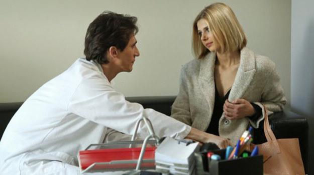 Podczas sesji Świderski zwierza się doktor Rawicz, że każdego dnia musi walczyć z pokusami i boi się, że jego nałóg zwycięży /www.barwyszczescia.tvp.pl/
