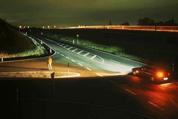 Podczas skrętu w boczną drogę AFL rewelacyjnie oświetla pobocze (kliknij) /INTERIA.PL