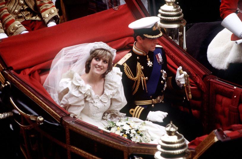 Podczas ślubu Księżnej Diany i księcia Karola oczy poddanych były zwrócone na piękną suknię panny młodej /Princess Diana Archive  /Getty Images