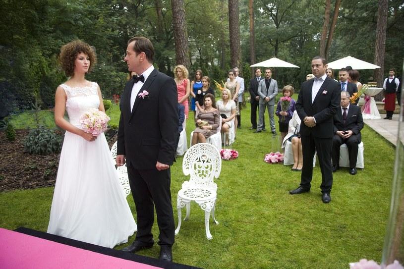 Podczas ślubu szwagierki Zabawska dostaje telefon z pracy. Mina jej zrzednie na to, co ma jej do przekazania sekretarka. /Polsat