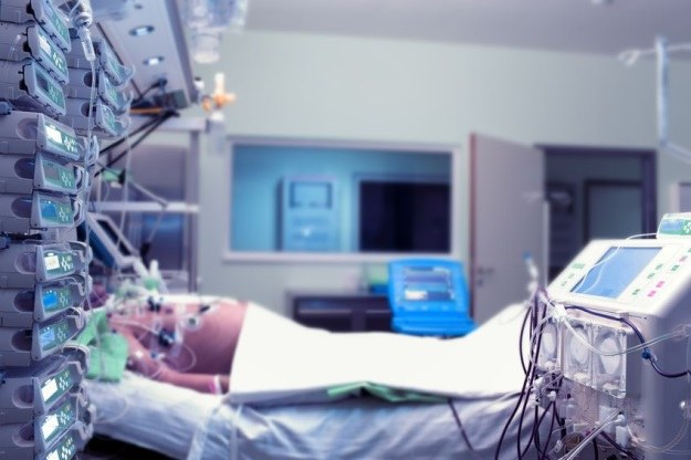 Podczas śmierci klinicznej pacjenci często mają wrażenie unoszenia się nad własnym ciałem... /123RF/PICSEL