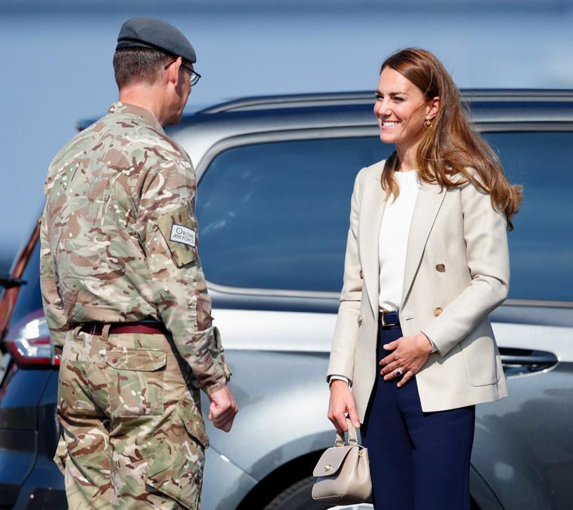 Podczas spotkania z żołnierzami księżna Kate wyglądała fenomenalnie. Wszyscy patrzyli tylko na nią /Max Mumby/Indigo /Getty Images