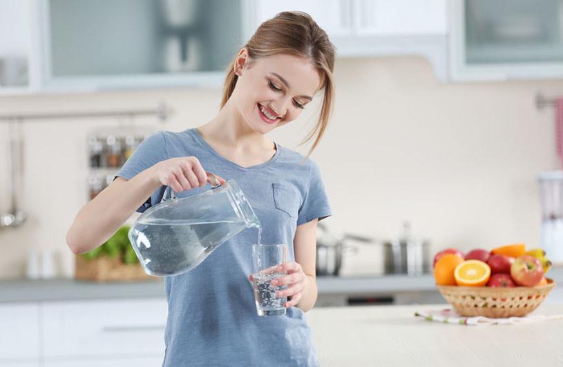 Podczas stosowania diety oczyszczającej jelita nie zapominaj o piciu wody /123RF/PICSEL