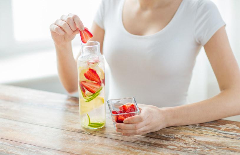 Podczas stosowania diety oczyszczającej trzeba pamiętać również o odpowiednim nawadnianiu organizmu! /123RF/PICSEL