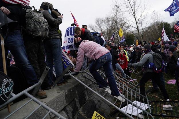 Podczas szturmu na gmach Kongresu zwolenników Trumpa i ich bójek z policją rannych zostało ponad 50 funkcjonariuszy. Zginęło też 5 osób /WILL OLIVER  /PAP/EPA