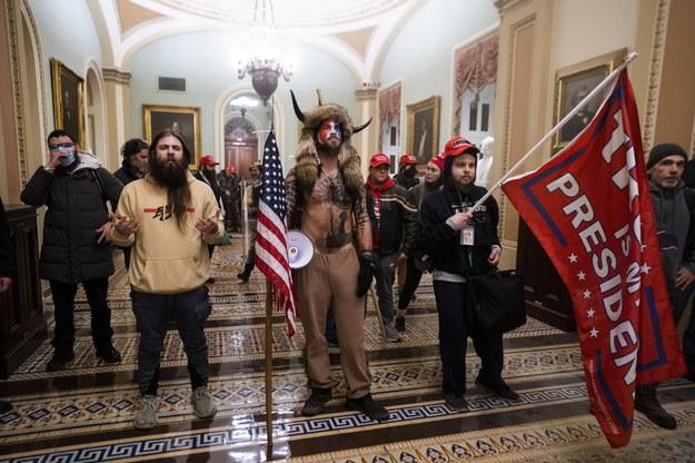 Podczas szturmu na Kapitol Chansley miał namalowaną na twarzy flagę amerykańską i futrzaną czapkę z bawolimi rogami na głowie /JIM LO SCALZO /PAP/EPA