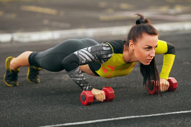 Podczas treningów skóra musi oddychać, ale to nie powód, abyś nie mogła jej upiększyć /123RF/PICSEL