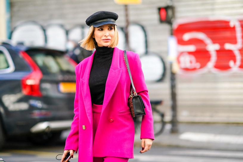 Podczas Tygodni Mody influencerki w różowych garniturach mozna bez trudu spotkać na ulicach /Getty Images
