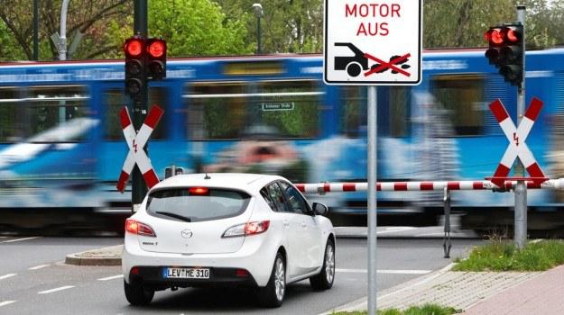 Podczas typowej jazdy miejskiej około 20% czasu samochód stoi. Silnik na postoju zużywa ok. 1 l/h, wyłączanie go ma więc sens. W typowej jeździe miejskiej Start-Stop zaoszczędzi 0,2 l/100 km. /Mazda