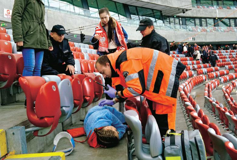 Podczas ucieczki Julita upadnie na ziemię i straci przytomność. Sprawę wybuchu na stadionie z ramienia ABW badać będzie Bożena (Marieta Żukowska) /Świat Seriali