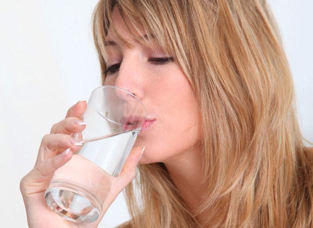 Podczas upałów pij dużo wody i jedz owoce /123RF/PICSEL