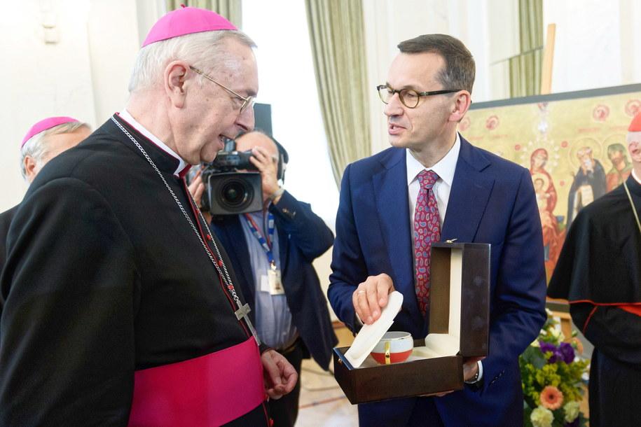 Podczas uroczystości premier otrzymał od biskupów prezent. To była filiżanka, którą prawie zbił /Jakub Kaczmarczyk /PAP
