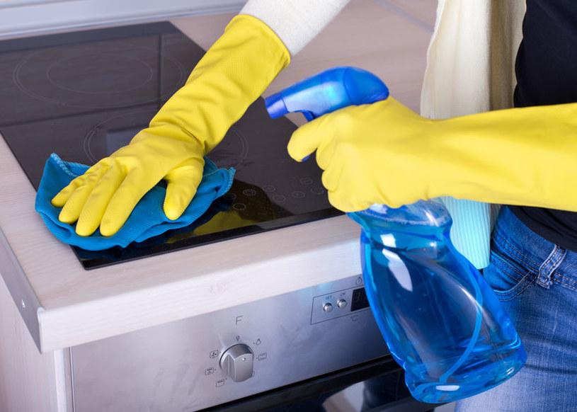 Podczas używania środków czystości powinno się zakładać rękawice /123RF/PICSEL